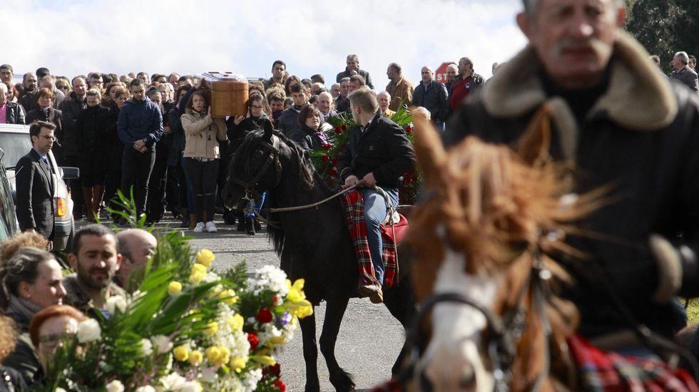 Último adiós a Tatiana Vázquez.A la izquierda el coche fúnebre con los restos mortales de Tatiana y a la derecha, los jinetes.