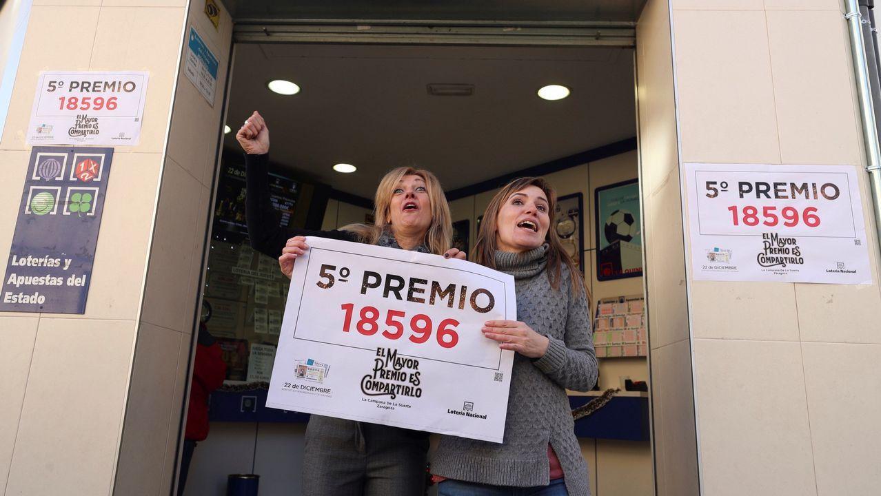 Las propietarias de la administración número 72 de Zaragoza celebran haber repartido uno de los quintos premios de la lotería de Navidad.