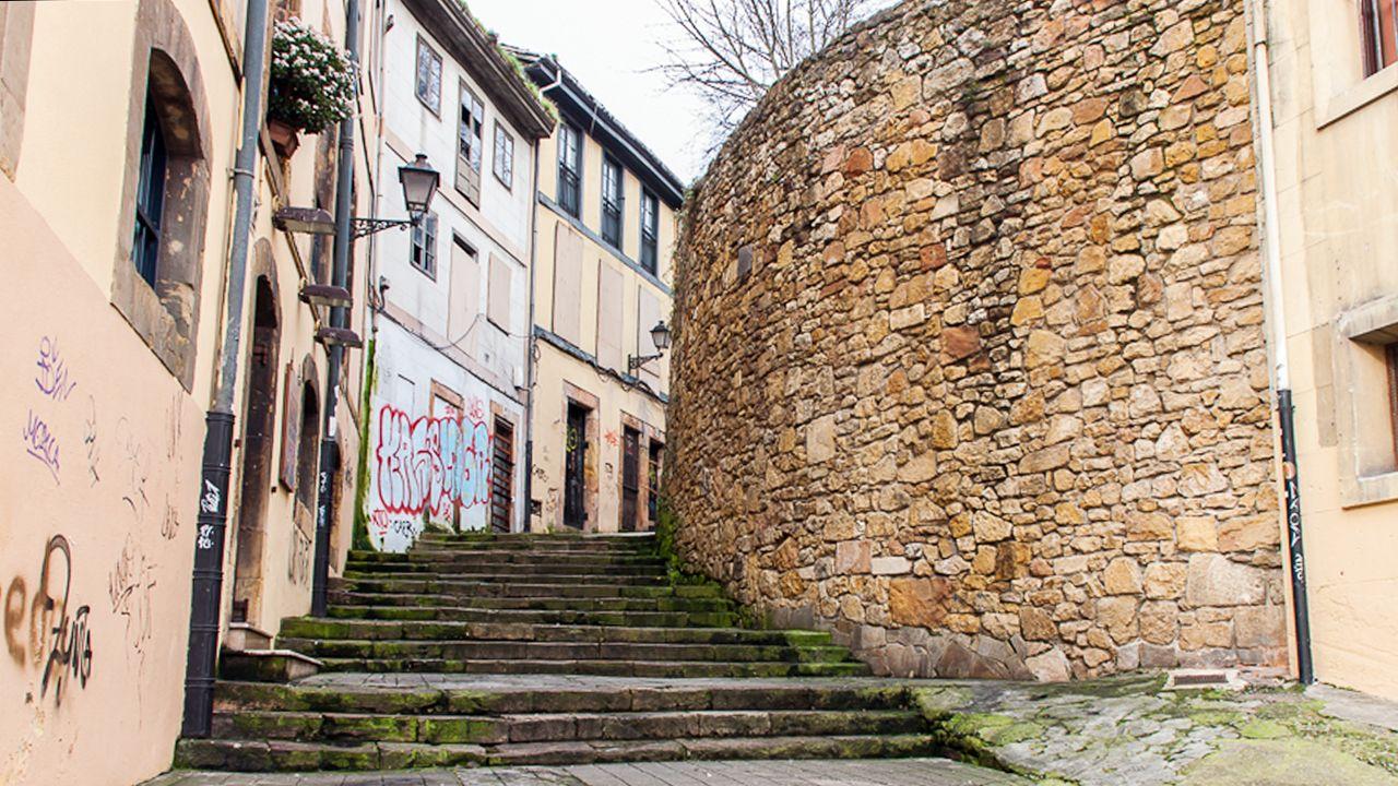 Escaleras de la calle Ildefonso Martínez, en el Oviedo Antiguo. El ayuntamiento reparará los escalones, muy deteriorados