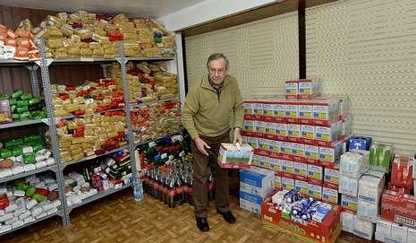 Manuel Soto muestra los almacenes de alimentos de Capacee.