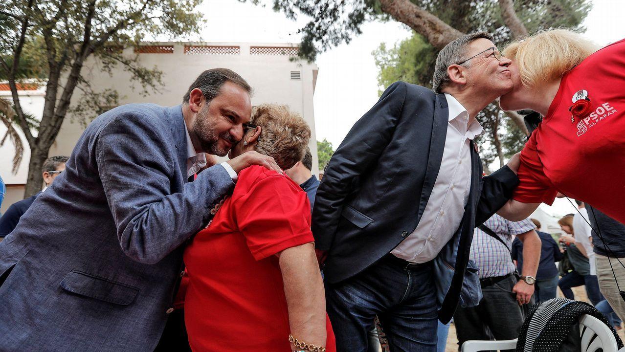 Una gran cadena humana une las capitales vascas por el derecho a decidir.Los diputados del PNV Aitor Esteban (i) y Mikel Legarda (d) durante la segunda jornada de la moción de censura