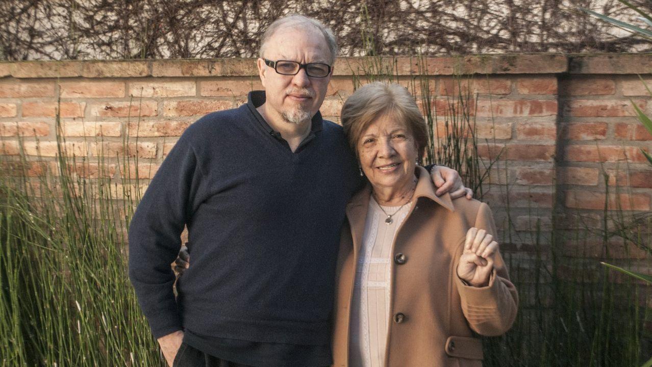 El escritor argentino Jorge Fernandez Díaz, en una fotografía junto a su madre, Carmina Díaz
