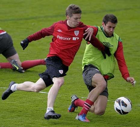 Jon García, tratando de arrebatarle el balón a Muniain en un entrenamiento.