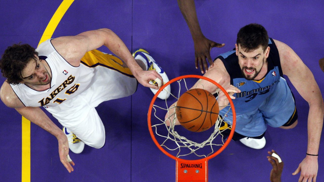 Ibaka trata de alcanzar el balón ante el jugador de los Celtics Enes Kanter
