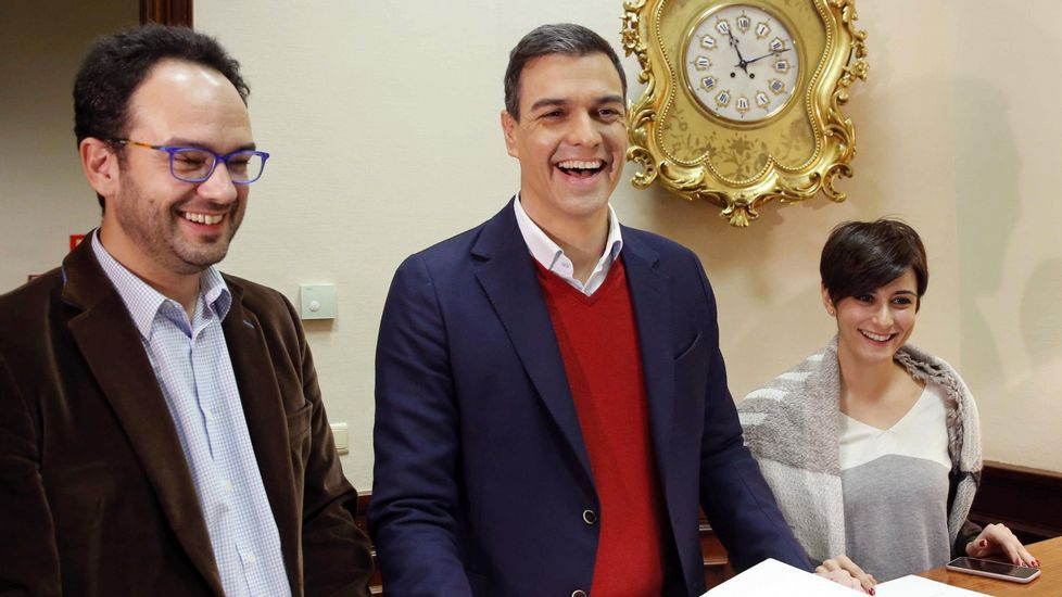 «A Rajoy lo imito mucho porque siempre me lo piden».La diputada Isabel Rodríguez, junto a Pedro Sánchez y Antonio Hernando, en una imagen de archivo.