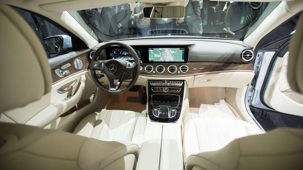 Vista del interior del Mercedes Clase A donde destacan sus grandes pantallas informativas.