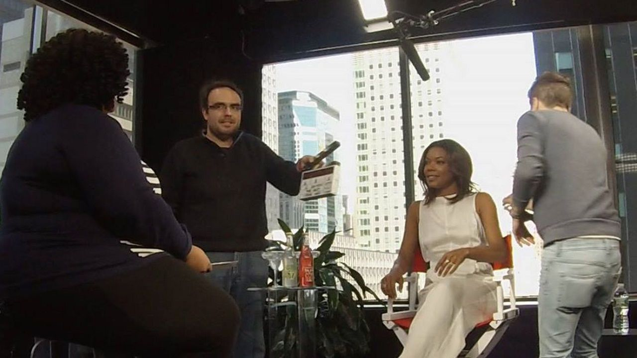 Israel Nava, con la claqueta en la mano, en una grabación en Nueva York para Univisión.
