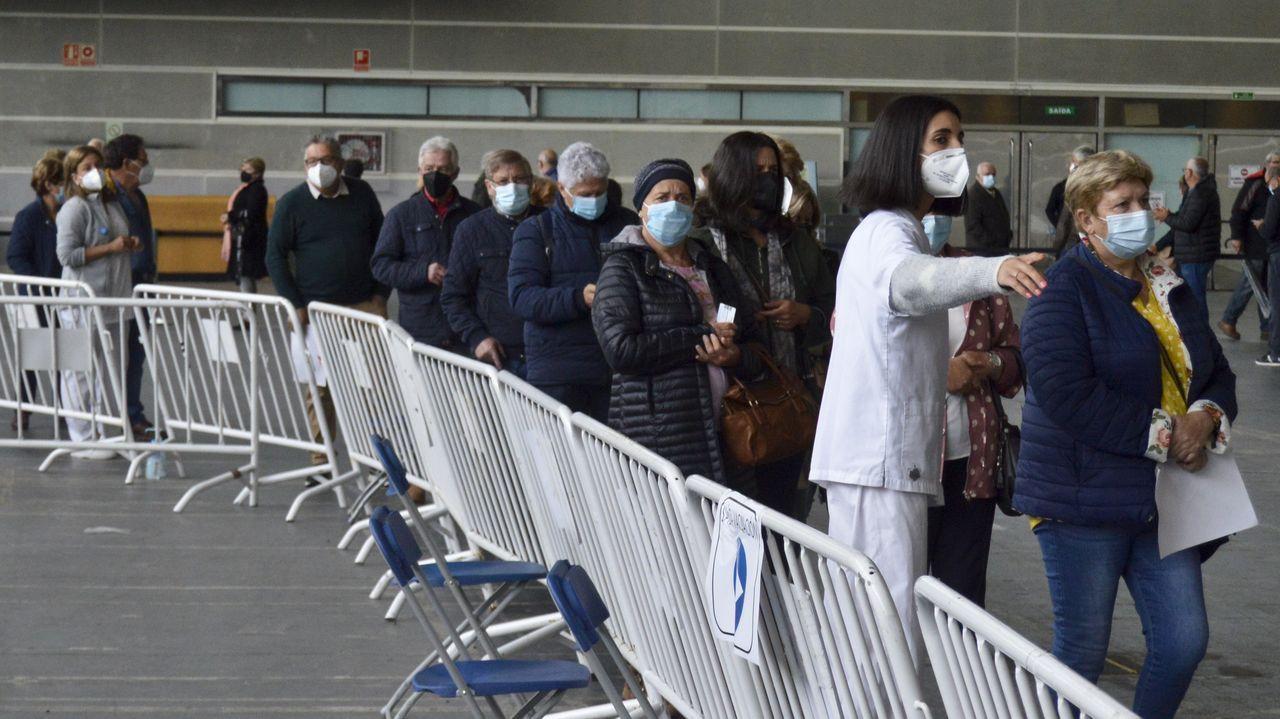 A por los de 59 y bajando en el Ifevi.Personas de 60 a 69 años, este lunes en el recinto ferial de Pontevedra, a la espera de vacunarse contra el covid