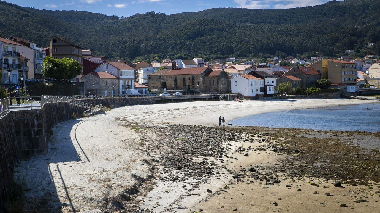 Exalumnas de la escuela de Loira en su patio del recreo: la playa.Playa Virxe do Camiño de Muros