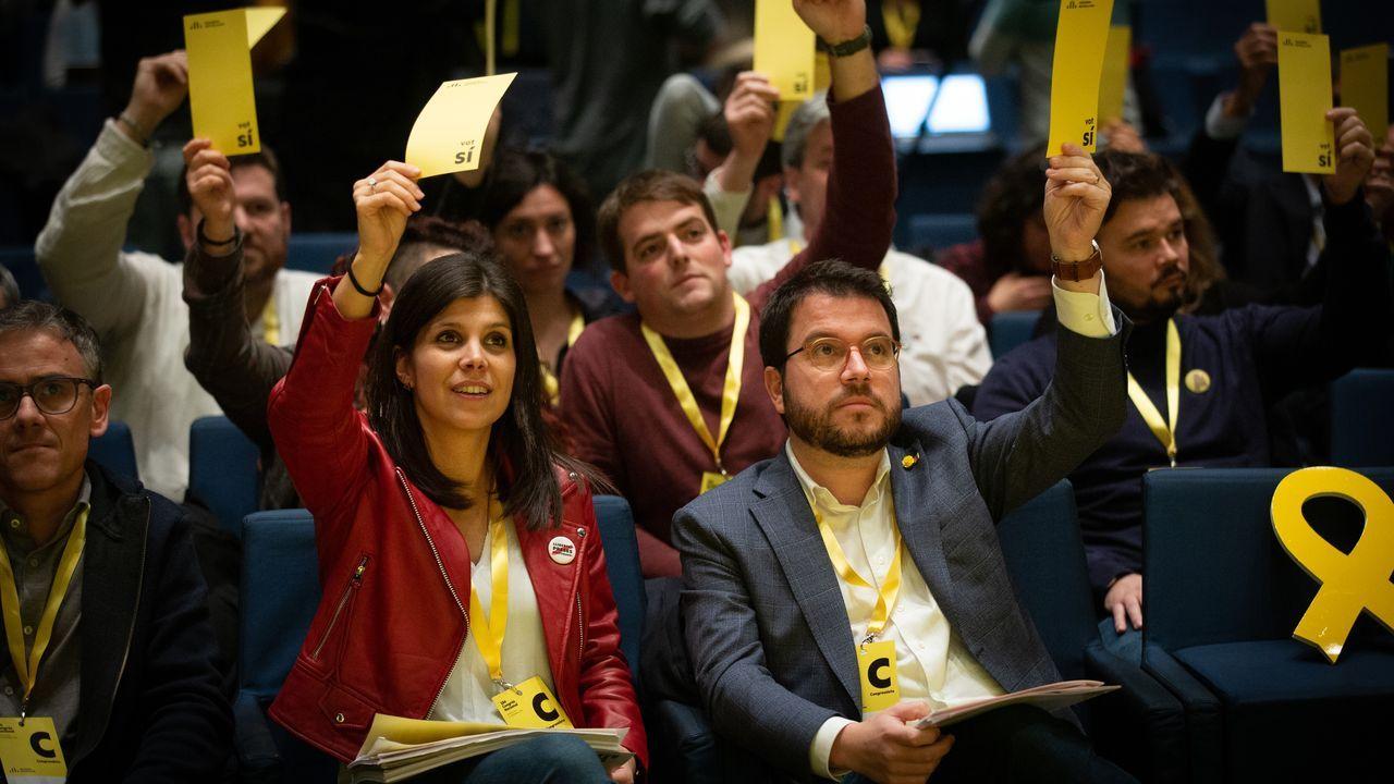Marta Vilalta, integrante del equipo negociador de ERC; el vicepresidente de la Generalitat, Pere Aragonès; el presidente del Parlamento catalán, Roger Torrent; y, en segunda fila, el portavoz de Esquerra en el Congreso, Gabriel Rufián