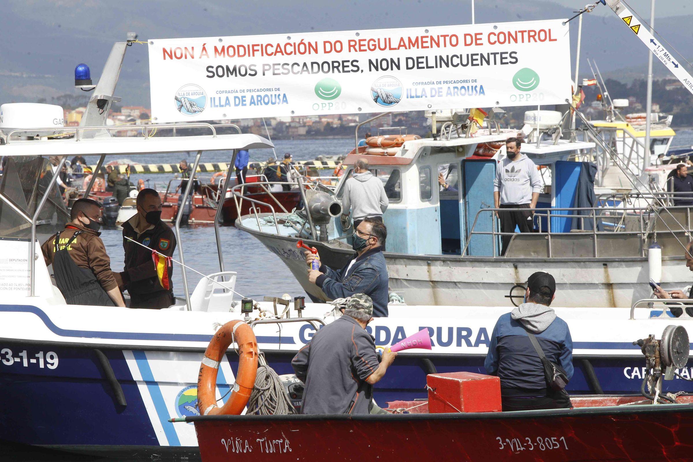 Las fotos de la protesta de la bajura gallega.Igual que el pasado 26 de marzo en A Illa de Arousa y la mayoría de puertos gallegos, este viernes a mediodía está convocadas protestas de barcos y mariscadores