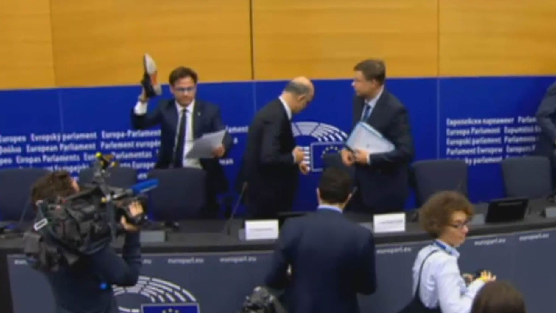 Un eurodiputado italiano pisotea los papeles de Moscovici.Fernando Alonso celebra en Brasil el campeonato del mundo del 2005