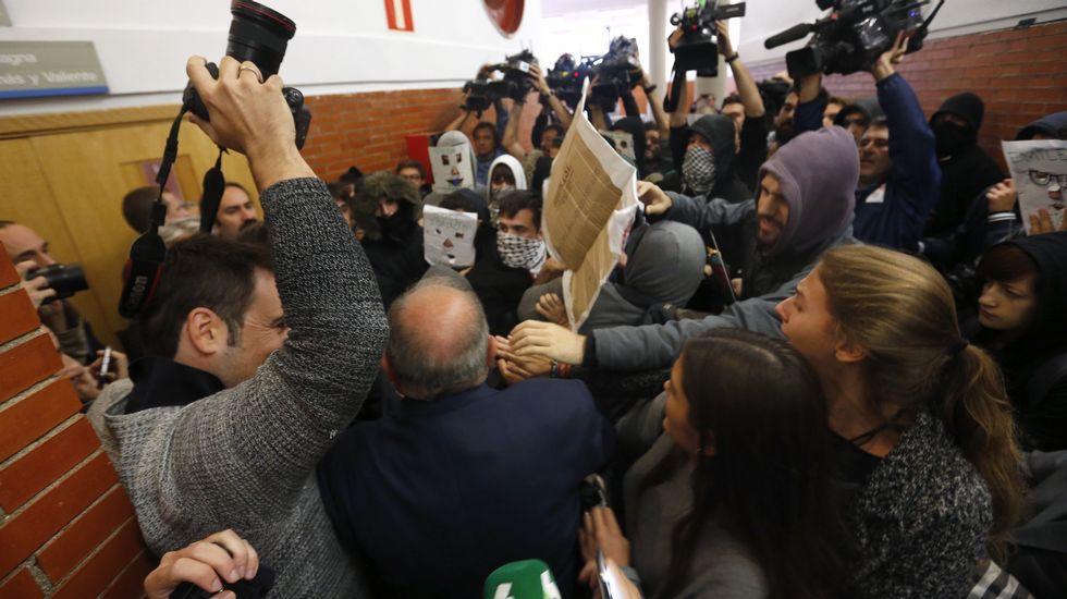 Decenas de jóvenes revientan un acto de Felipe González en la universidad.Javier Fernández y Mario Jiménez, en una reunión de la gestora del PSOE