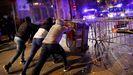 Un grupo de radicales hacen una barricada con contenedores durante las protestas en Barcelona contra la operación