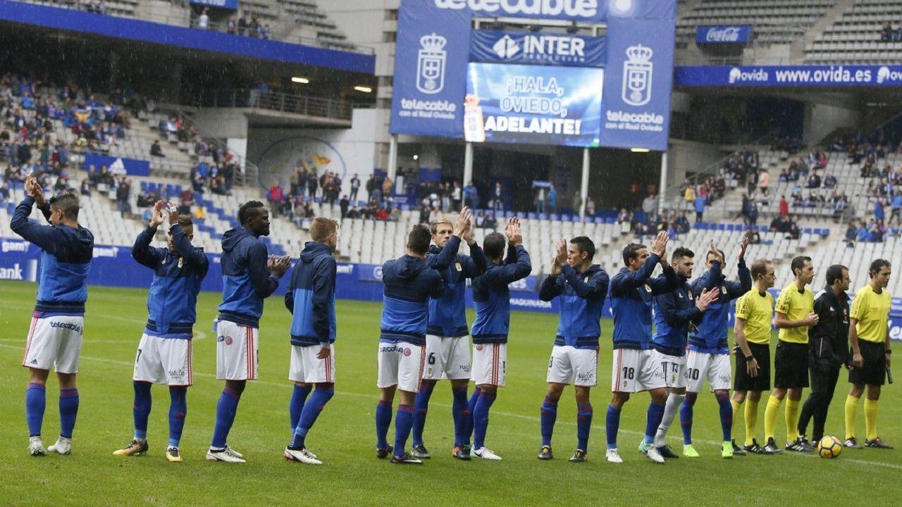 Real Oviedo Lugo Carlos Tartiere Alineacion.Futbolistas del Real Oviedo saludan antes del inicio del partido