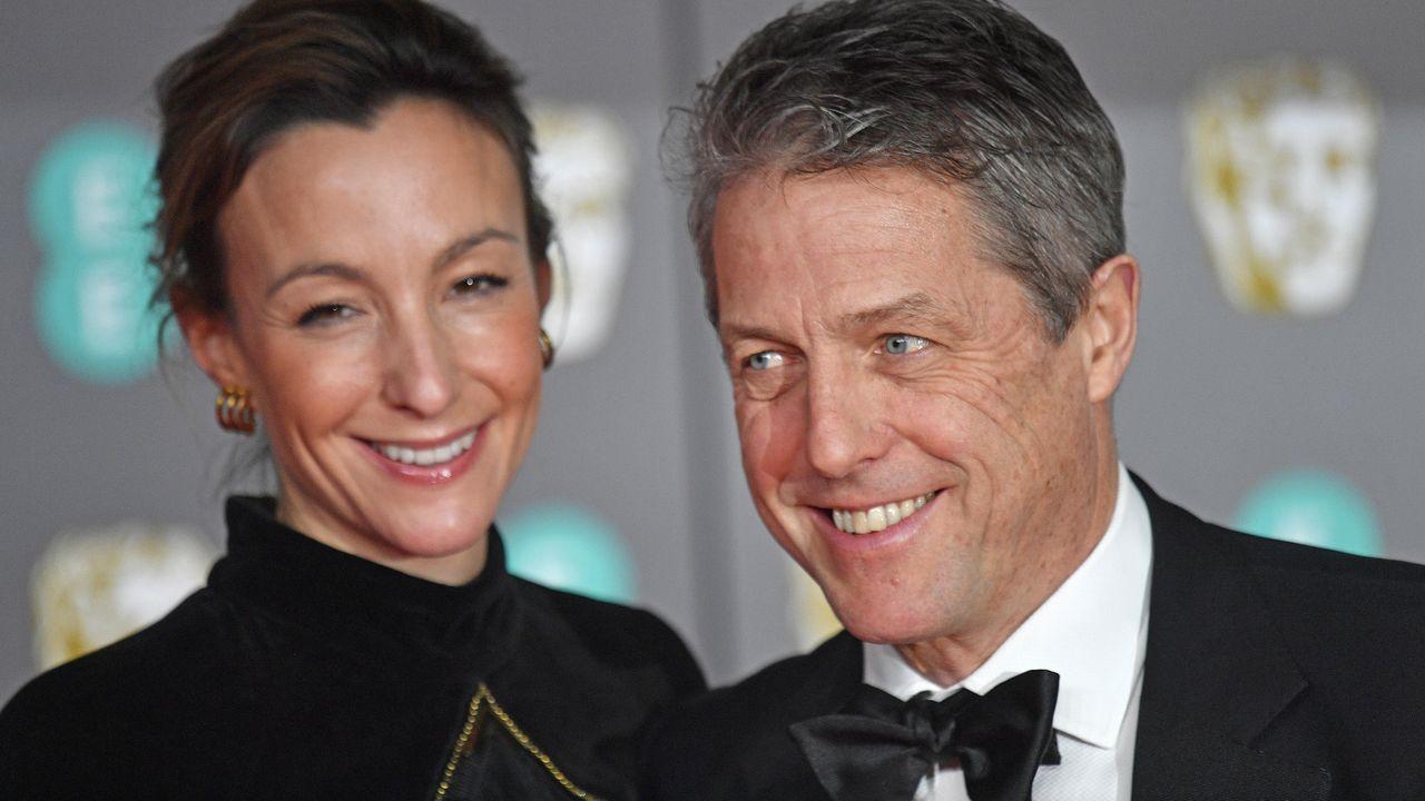 El actor Hugh Grant y su esposa, Anna Eberstein, a su llegada a la gala de los Bafta