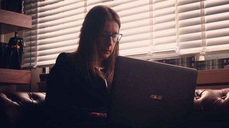 Dolores Redondo en su despacho en casa, con Batman a su espalda