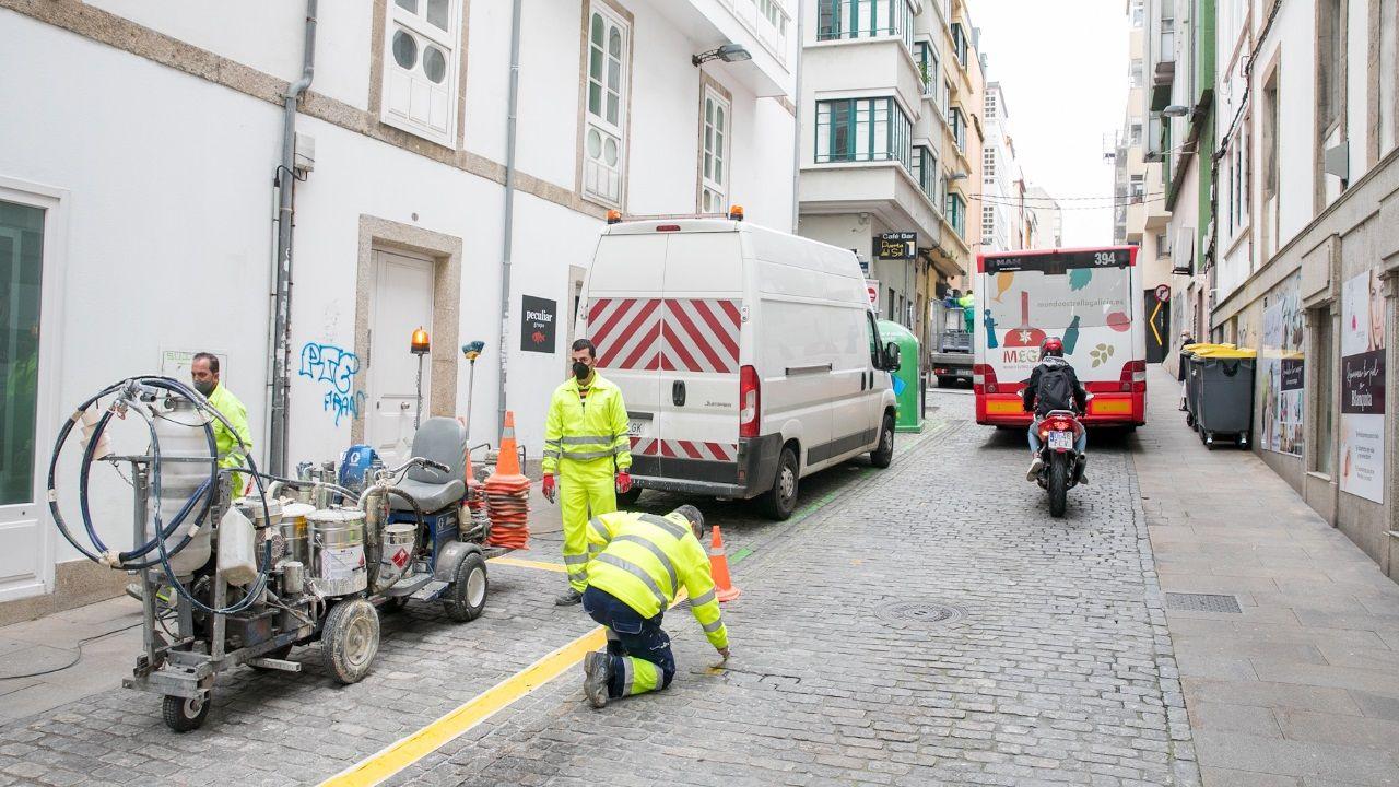 Operarios realizando los cambios para mejorar la seguridad en el cruce de la Calle Sol con San Andrés