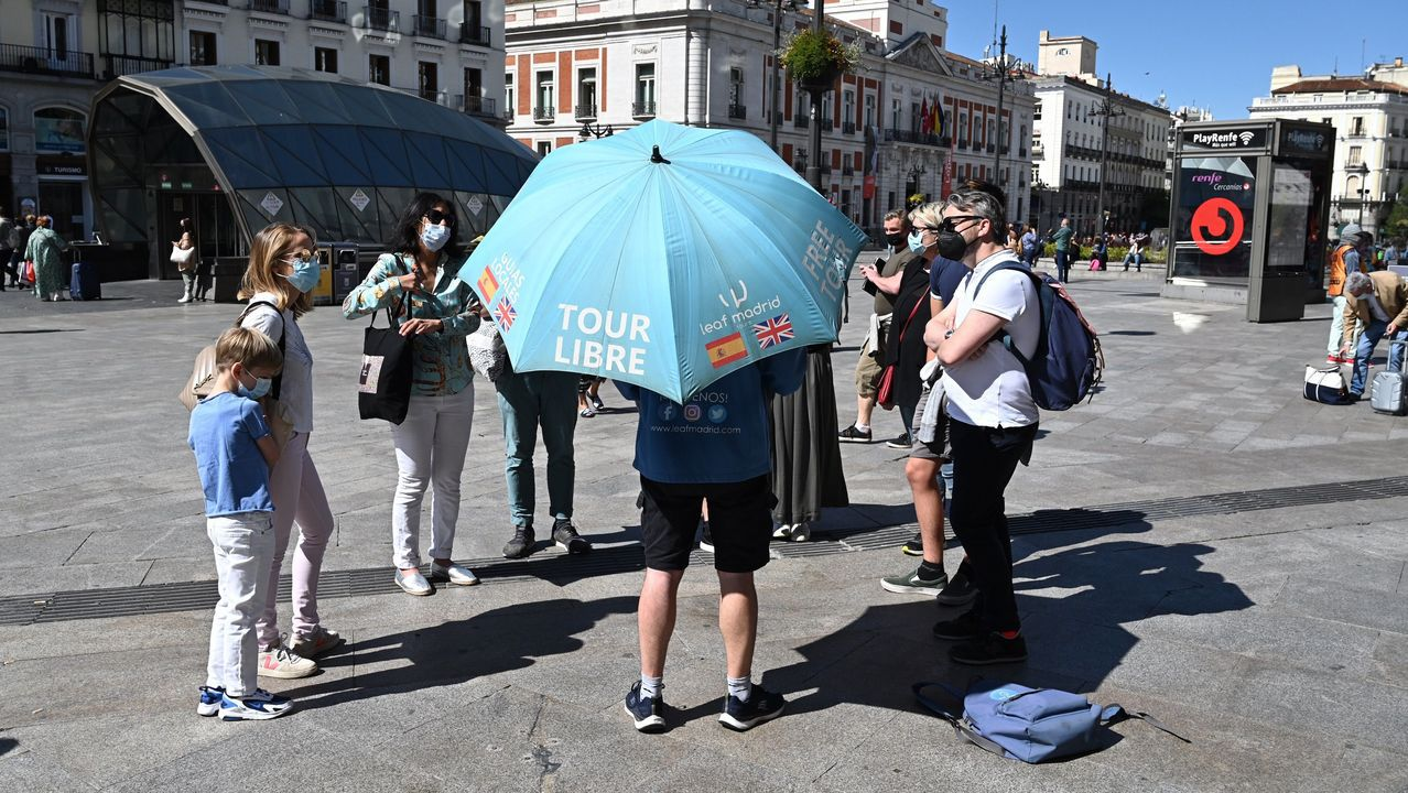 Un grupo de turistas este viernes en Madrid