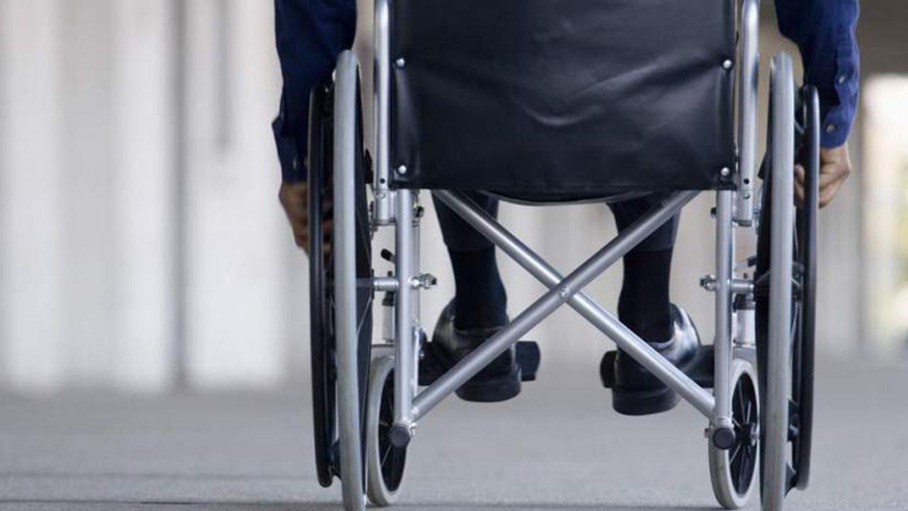 La crudeza del fuego asturiano en imágenes.Un persona en una silla de ruedas