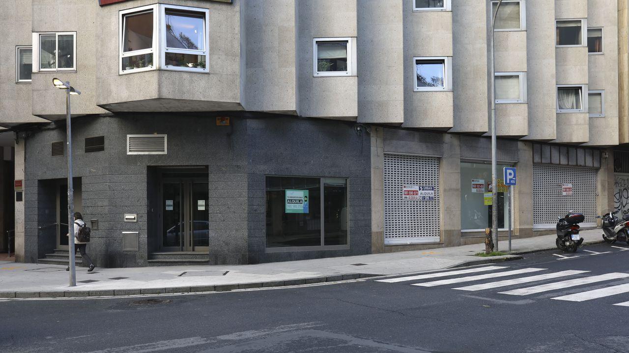 En la imagen, el local de la esquina (antigua Abanca) tiene 190 metros cuadrados y una renta de 1.800 euros. El siguiente, de 500 metros cuadrados, tiene una renta propuesta de 4.500 euros.