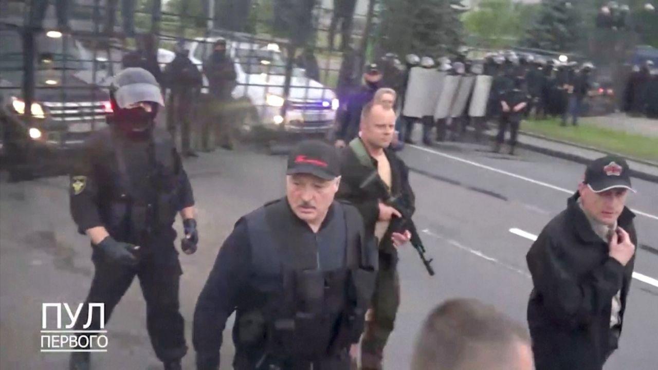 El presidente bielorruso Alexander Lukashenko, ayer, armado y con chaleco antibalas