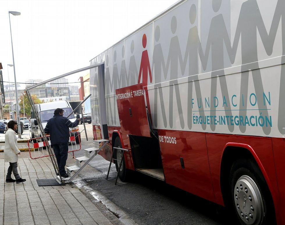 El Palau Sant Jordi se entrega a la magia de U2.<span lang= es-es >El autobús</span>. Se puso en marcha en noviembre del pasado año y se retiró la semana pasada. Permitía cierta intimidad que con la furgoneta no es posible al tener que permanecer en la calle.