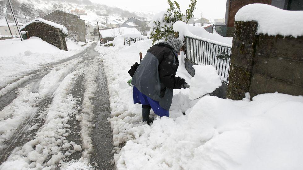 Un manto blanco cubre las montañas de Galicia.Los tres aspirantes en el transcurso de las votaciones en Palio.
