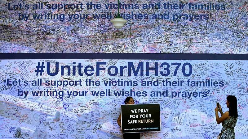Plegarias por el vuelo MH370.Desesperación entre los familiares de los pasajeros