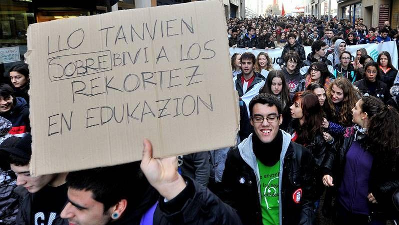 Masivo apoyo a la protesta contra la Lomce.La marcha tuvo un carácter festivo, con composición propia incluida de Pepe Sendón, contra la nueva ley educativa.