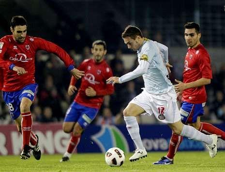 Tres jugadores del Numancia, rodeando a uno del Celta, en la pasada temporada.