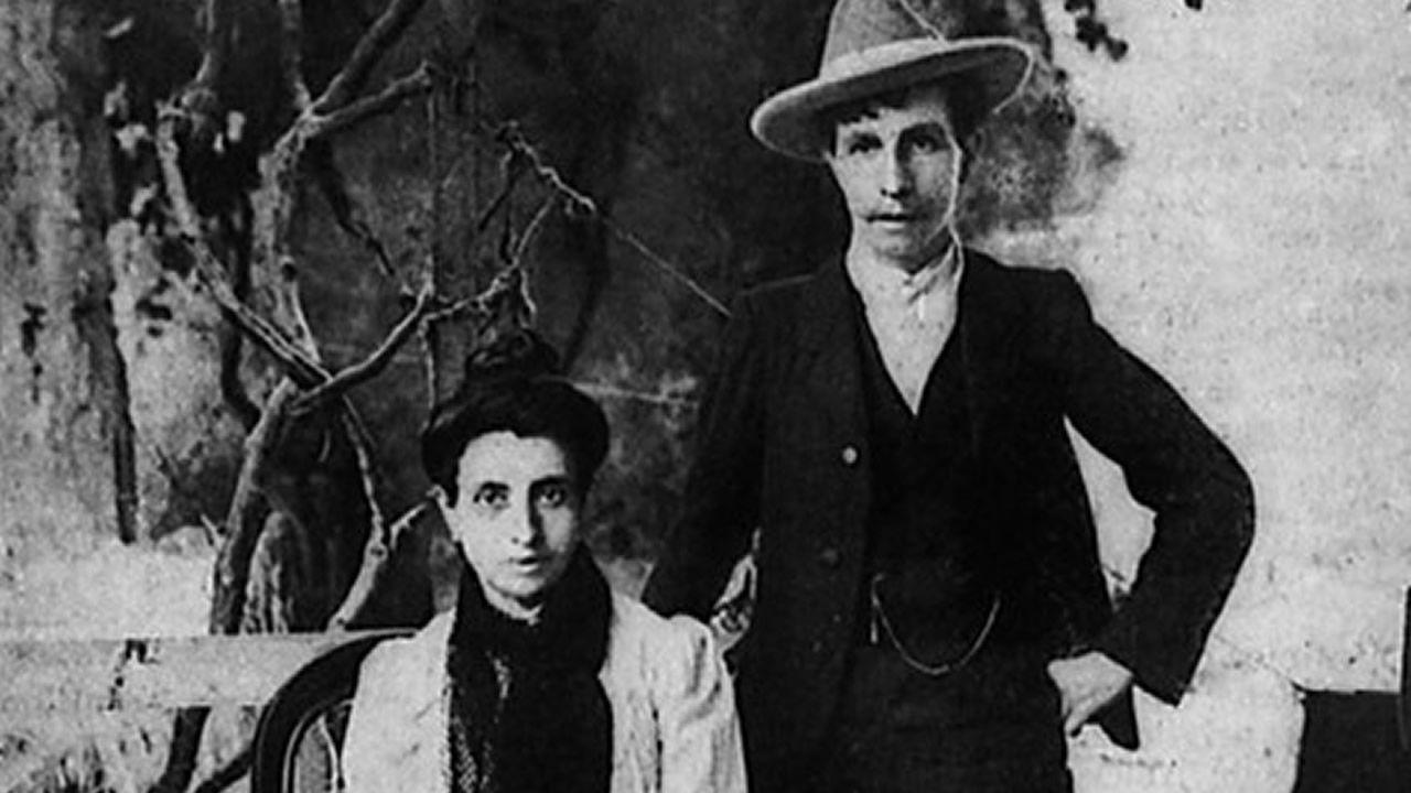 Marcela (sentada) y Elisa (que se hacía pasar por Mario), en Aljube (Porto) en 1901. Escaparon a la ciudad portuguesa desde A Coruña. Allí Elisa estuvo en prisión y se especuló sobre su condición sexual. Una vez libre, y para evitar la extradición, huyen a Argentina