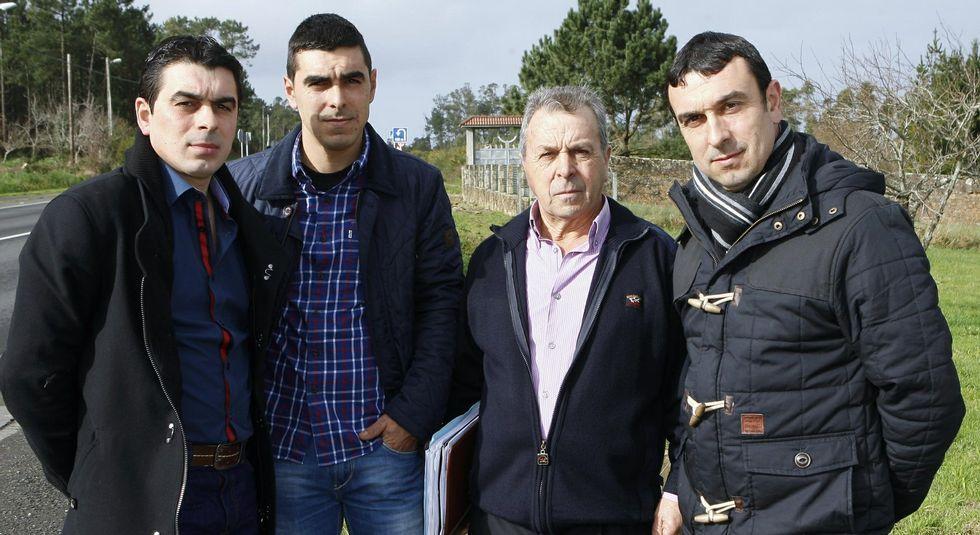 Nieve en la provincia.Edelmiro Castro (segundo por la derecha) con sus hijos, no da por perdida la iniciativa inmobiliaria.