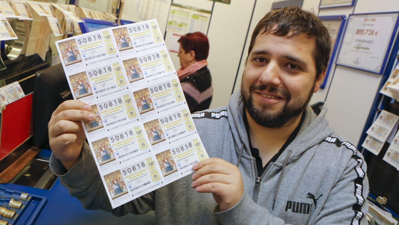 Carlos Fernández, de la administración de la calle Rubalcava, con décimos del número 50818