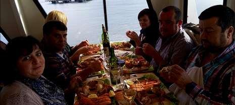 Viajes Lucus organizó una excursión desde A Pontenova que llegó a Portugal y, de vuelta a Galicia, hubo mariscada en el barco de La Toja.