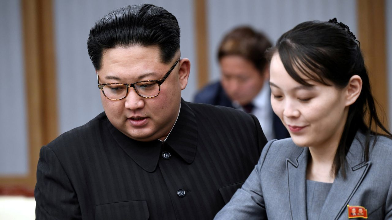 El líder de Coreal del Norte Kim Jong Un y su hermana Kim Yo Jong en una foto de archivo