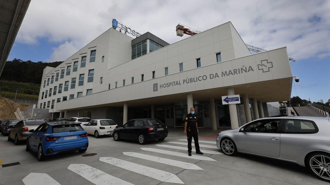 Fila de coches ante el Hospital Público da Mariña esperando para hacer las pruebas del coronavirus