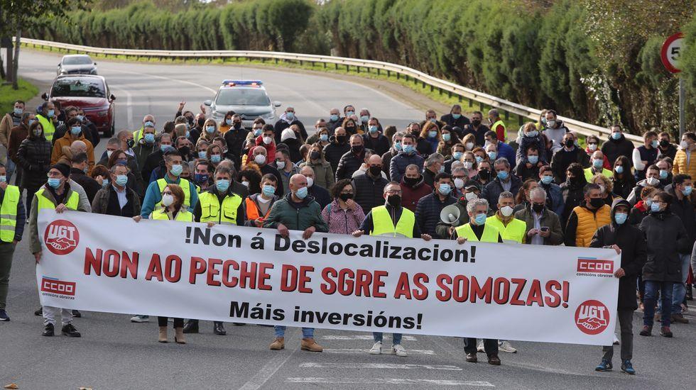 Un momento de la movilización desarrollada desde la planta hasta el Ayuntamiento de As Somozas