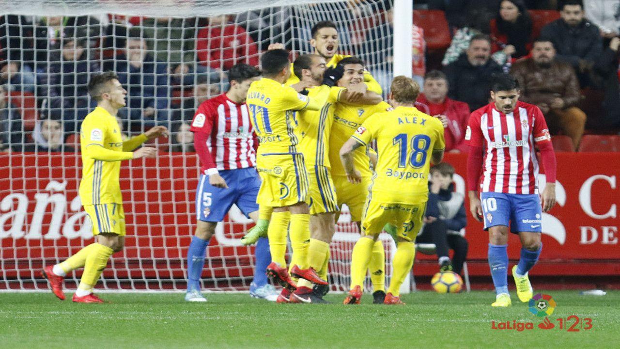 Jugadores del Cádiz celebrando el 0-1 en El Molinón