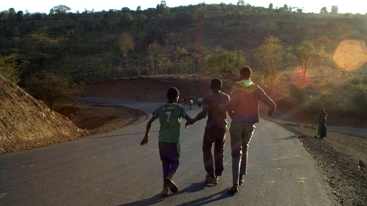 skatepark Etiopía.Unos jóvenes con el monopatín en la carretera en dirección a Kenia