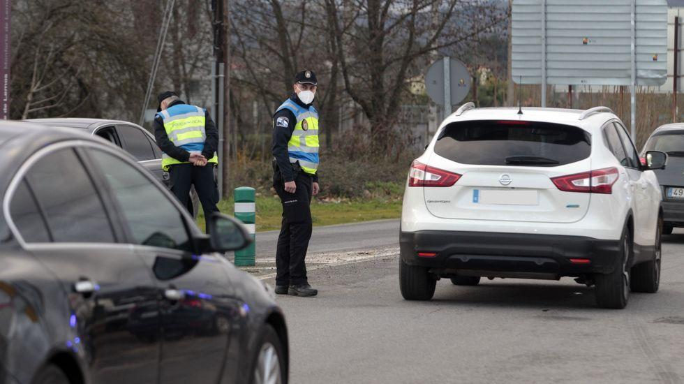 Agentes de la Policía Local en un control a la entrada de Monforte