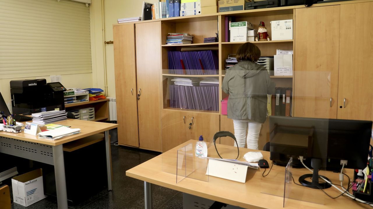 Varias docentes del IES Monte Naranco, separando mesas