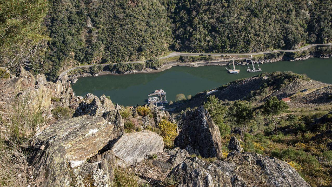 Desde Pena do Castelo se divisa el embarcadero de Doade, del que parten los catamaranes turísticos que recorren el cañón el Sil