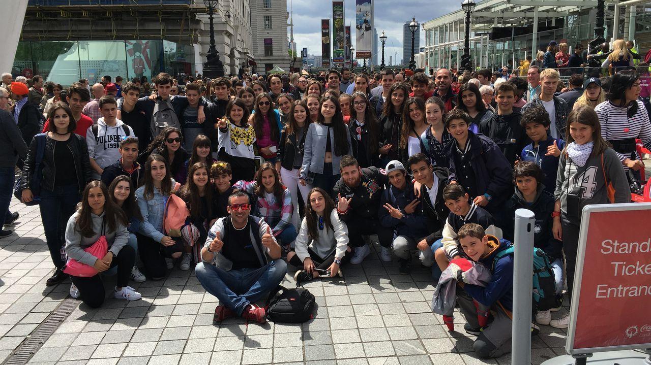 Un grupo de alumnos gallegos fotografiándose en los alrededores del London Eye, en la capital británica