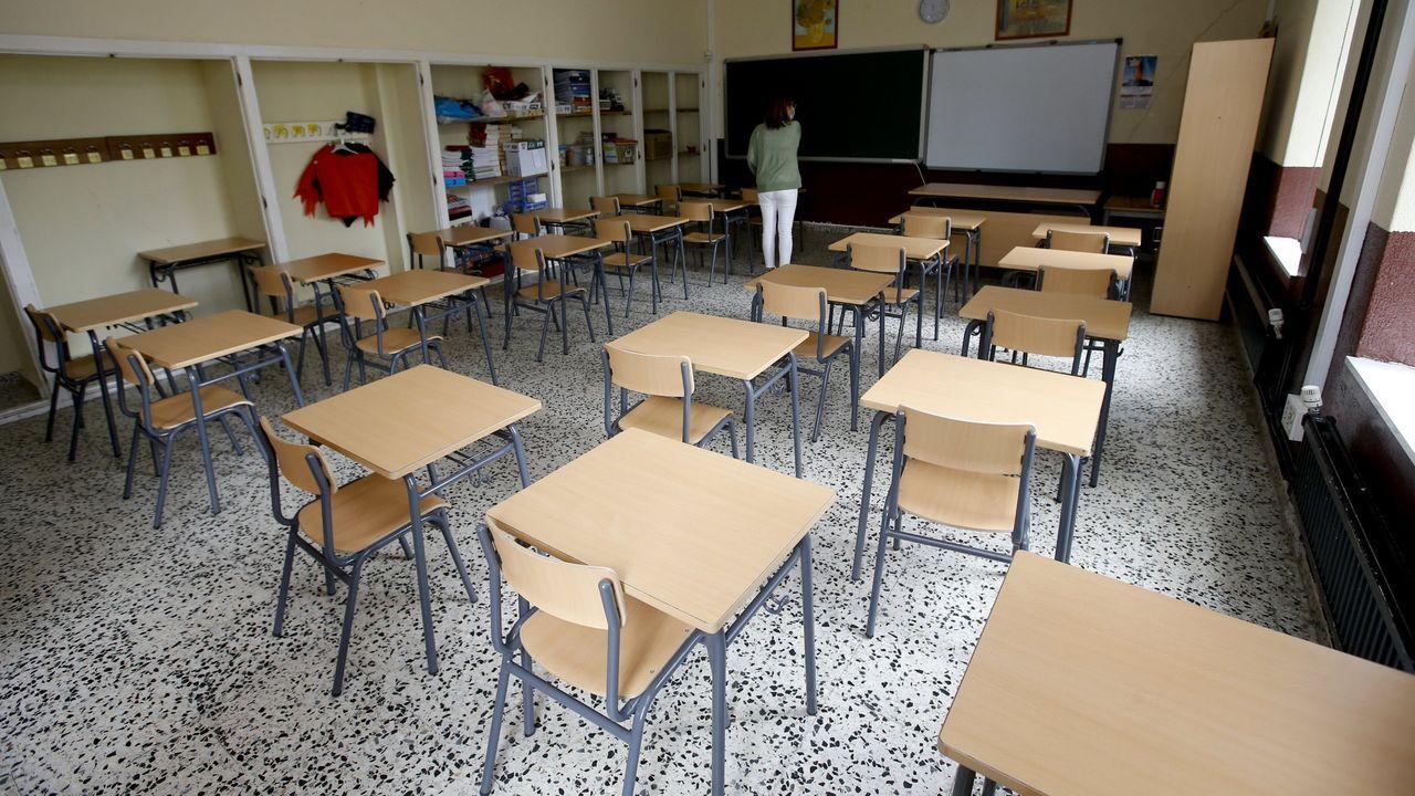 Un aula del CEIP Ponte dos Brozos, que suma diez casos activos, durante la preparación para el inicio del curso