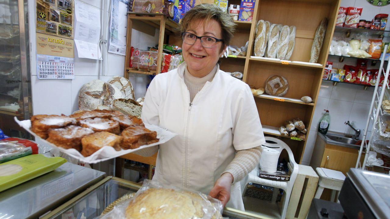 Teresa López Santalla vende los freixós a 6 euros la docena y las orejas grandes, a 1,30 euros la unidad