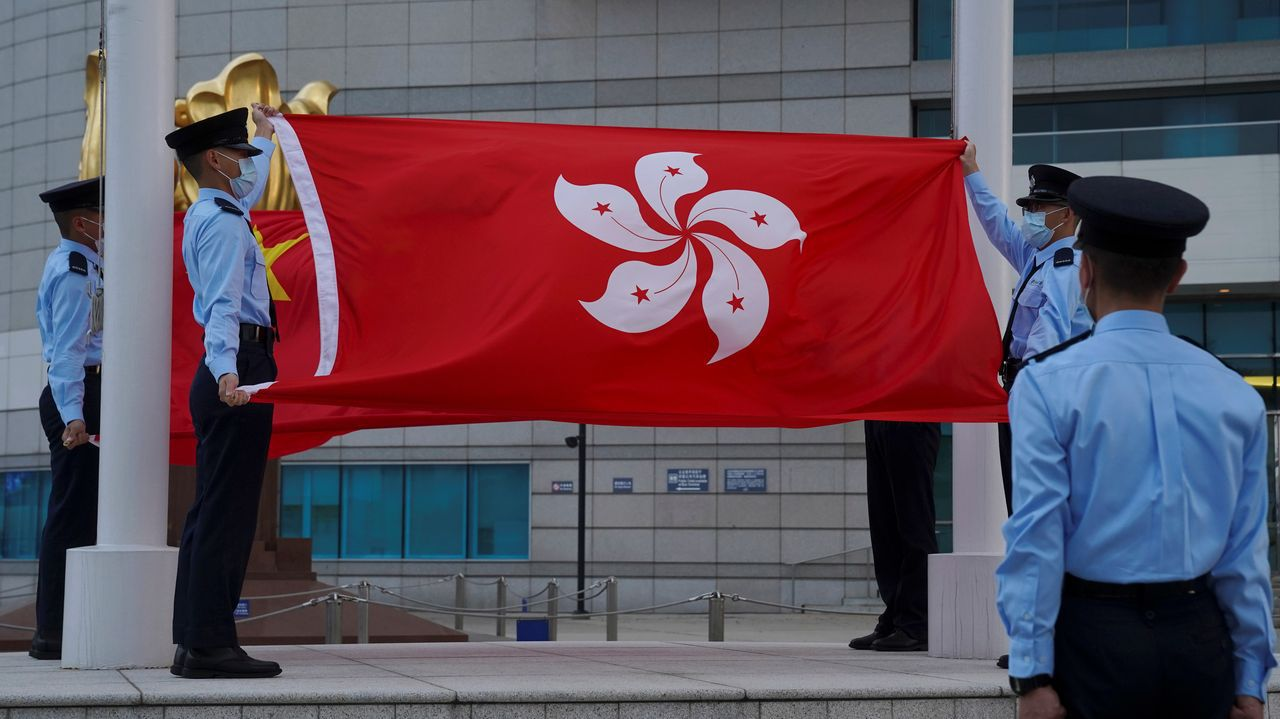 Policía, duraten la bajada de la bandera de Hong Kong