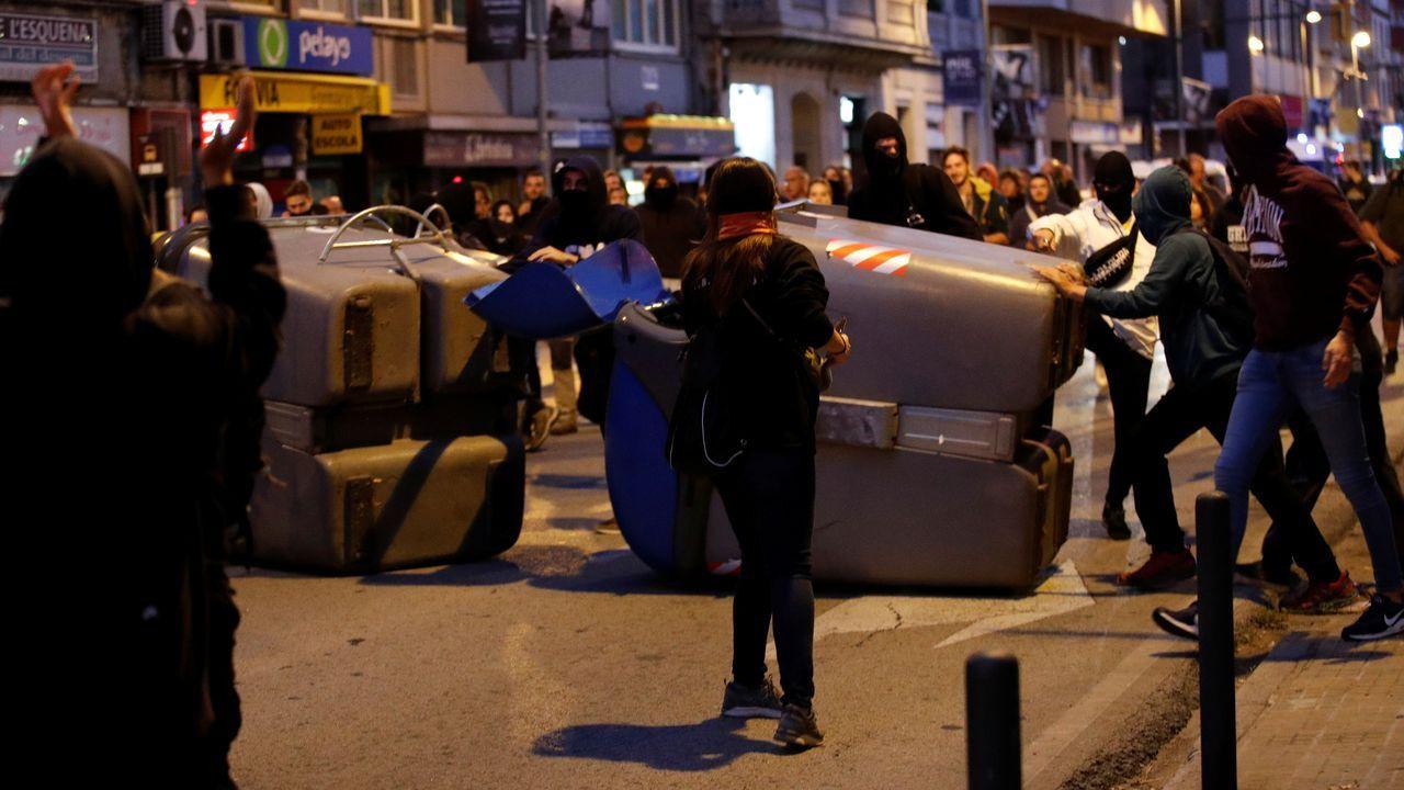 Protestas en Cataluña tras la sentencia del «procés».Unos 300 independentistas se concentraron a primera hora de este martes frente al cuartel de la Guardia Civil de Gerona