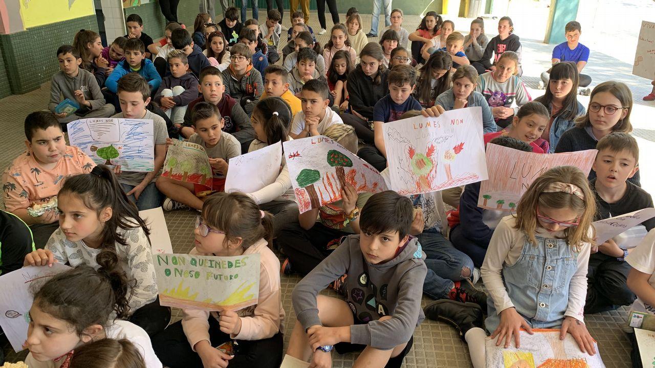 Escolares de Rianxo se concentran para protestar por los incendios