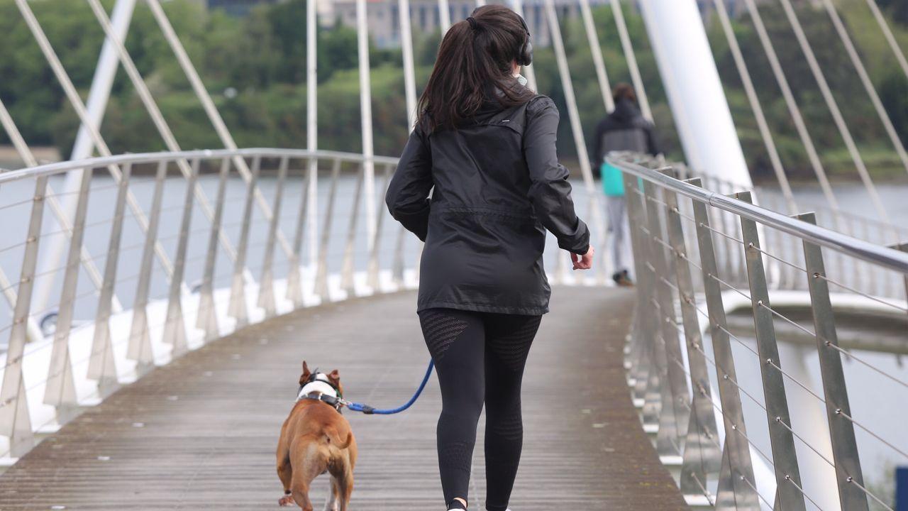 Gente haciendo deporte y caminando por Ferrol